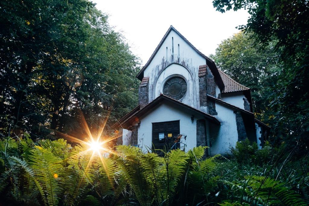 Kirche auf Rügen beim Sonnenaufgang